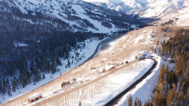 vídeos y material grabado en eventos de stock de disparo aéreo de winter road - alta utah