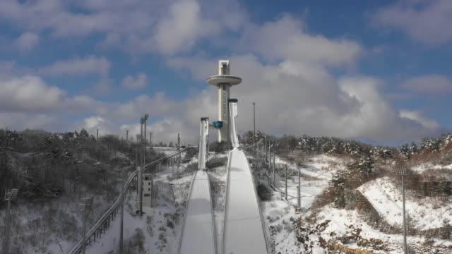 winter scenery of alpensia ski jumping center / pyeongchang-gun, gangwon-do, south korea - olympische spiele stock-videos und b-roll-filmmaterial