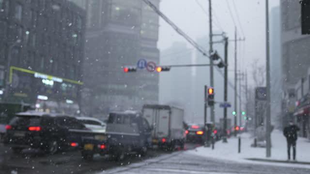winter scenery of downtown with snow falling in gongdeok district / mapo-gu, seoul, south korea - 韓国点の映像素材/bロール
