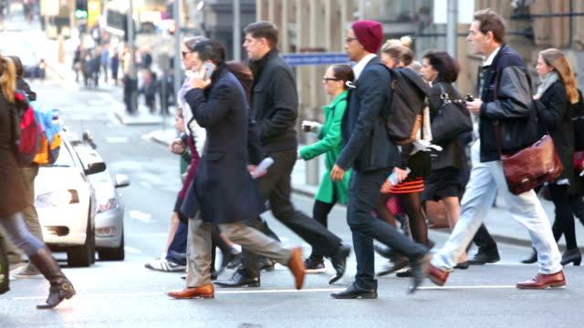 Winter compras y Commuter multitudes en Sydney