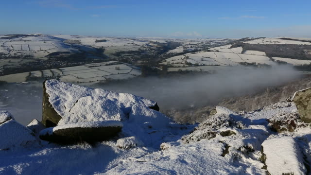 winter snow on curbar edge, derbyshire, peak district national park, england - 30 seconds or greater stock videos & royalty-free footage