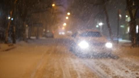 vídeos y material grabado en eventos de stock de winter snow storm blizzard in new york city. snowfall background shot in slow motion - enfoque en primer plano