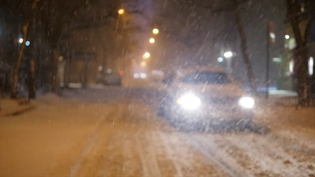 vidéos et rushes de winter snow storm blizzard in new york city. snowfall background shot in slow motion - mise au point au 1er plan