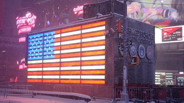 vídeos de stock e filmes b-roll de winter snow storm blizzard in new york city. snowfall background shot in slow motion - figura masculina