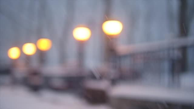 winter snow storm blizzard in new york city. snowfall background shot in slow motion - fünf gegenstände stock-videos und b-roll-filmmaterial