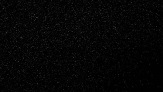stockvideo's en b-roll-footage met winter sneeuwval. sneeuw geïsoleerd op zwarte achtergrond - sneeuwen