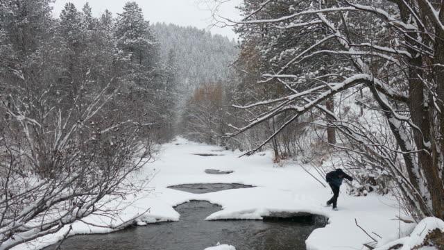vídeos de stock, filmes e b-roll de bota de neve do inverno homem de caminhadas na neve urso creek evergreen colorado - parque estadual