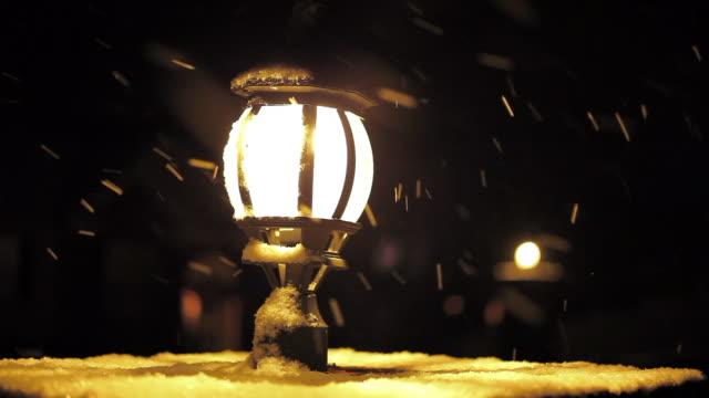 vídeos y material grabado en eventos de stock de winter snowstorm and street light atop home mailbox - buzón postal