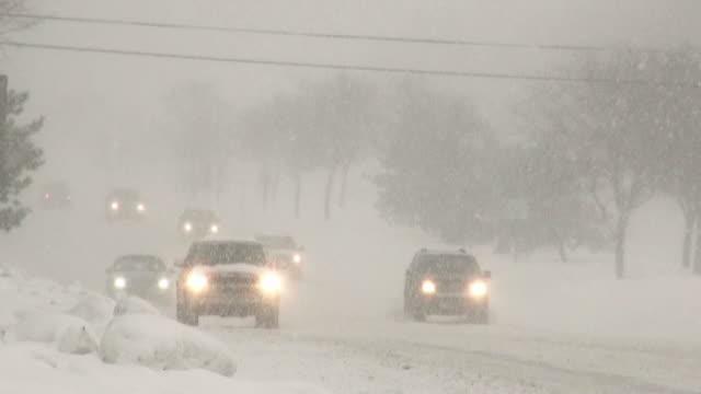 冬吹雪。滑りやすい路面の道路で車のトラフィック。