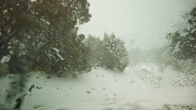 vídeos y material grabado en eventos de stock de tormenta de nieve de invierno en las montañas rocosas de colorado desde el interior de vehículos 4k video series - área silvestre