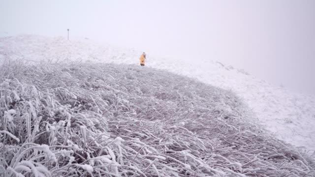 stockvideo's en b-roll-footage met winter solo reiziger wandelen in de natuur. omarm de bergen. voel de energie. keer terug naar de wortels. - verwonderingsdrang