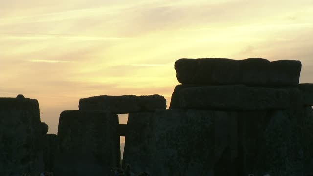 winter solstice; people gather at stonehenge to mark the end of the longest night of the year; england: wiltshire: stonehenge: ext / night into... - solstice stock videos & royalty-free footage