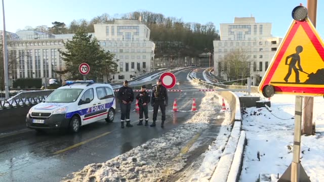 vídeos de stock e filmes b-roll de winter storm gabriel brought snow to parts of the french capital overnight causing several major road closures on the outskirts of the city - major road