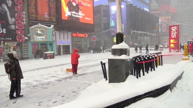 vídeos y material grabado en eventos de stock de winter storm jonas on january 23, 2016 / clean up during east coast blizzard in times square during the morning, midtown manhattan, broadway and 7th... - 7th avenue