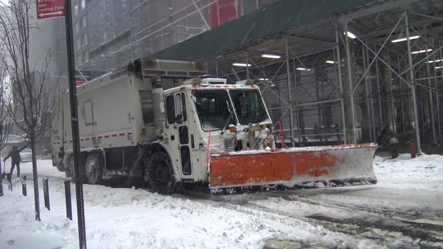 vídeos y material grabado en eventos de stock de winter storm jonas on january 23, 2016 / sanitation department cleans up during east coast blizzard in times square during the morning, midtown... - 7th avenue