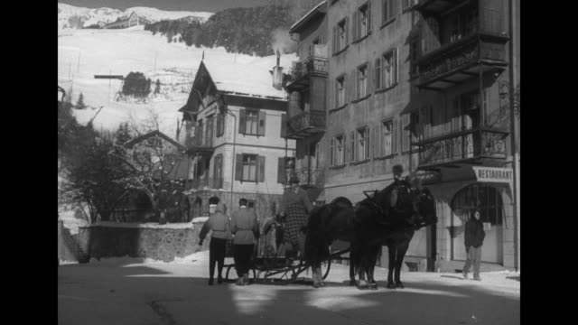 vidéos et rushes de winter street scene of st moritz / couple board horse drawn sleigh / cu smiling model pam in hooded parka and patterned knit gloves / note exact day... - animaux au travail