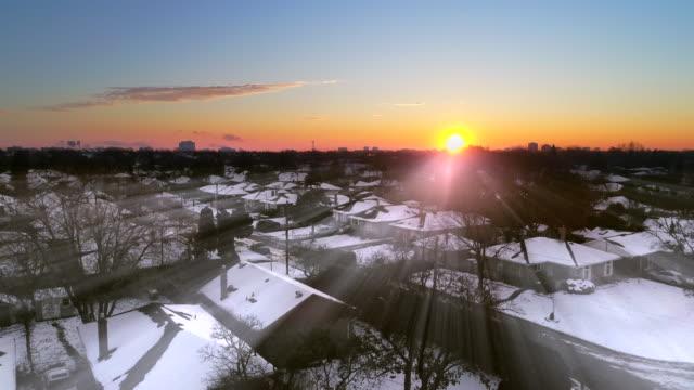 vídeos y material grabado en eventos de stock de amanecer de invierno sobre una zona urbana - invierno
