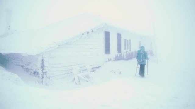 vidéos et rushes de winter travel in a heavy snowstorm - cabane structure bâtie