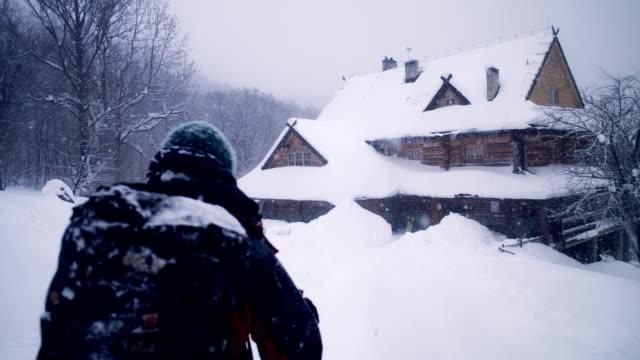 冬の山の旅。シェルターに戻ってくる - snowcapped mountain点の映像素材/bロール
