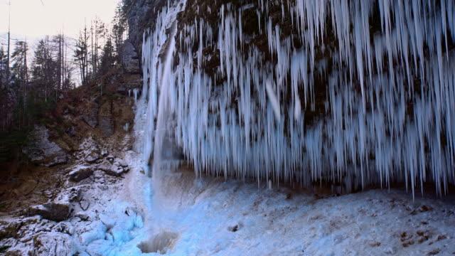 stockvideo's en b-roll-footage met winter waterval in julische alpen - julian alps