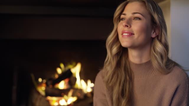 winter ist hier, halten sie das wifi verbunden und halten sie gemütlich - attraktive frau stock-videos und b-roll-filmmaterial