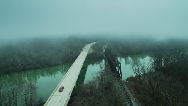 vídeos y material grabado en eventos de stock de wintry fog en illinois river bridges en oklahoma - aerial - illinois