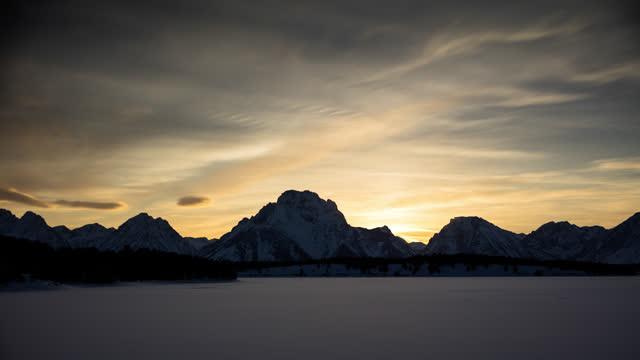 winterliche sonnenuntergänge im grand teton nationalpark - zeitraffer - grand teton stock-videos und b-roll-filmmaterial