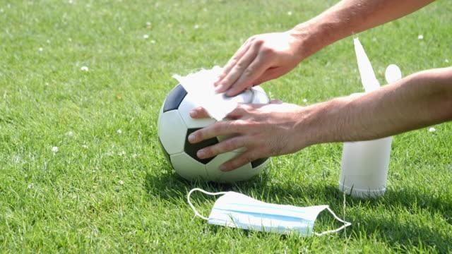 einen fußball sauber wischen. - mannschaftssport stock-videos und b-roll-filmmaterial