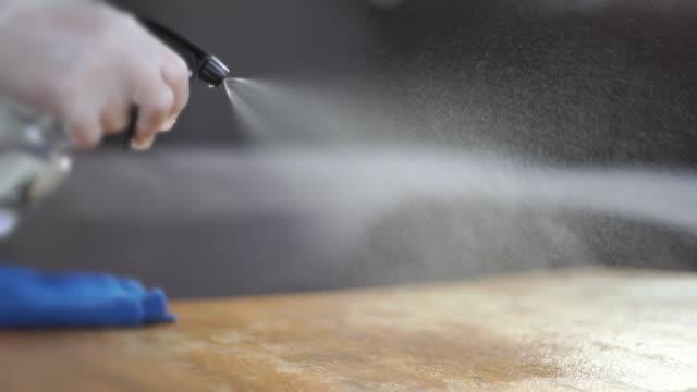 vídeos de stock, filmes e b-roll de limpando a mesa de madeira - limpo