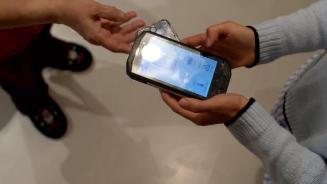 cu wireless charge sharing zwischen smartphones. - andersherum stock-videos und b-roll-filmmaterial