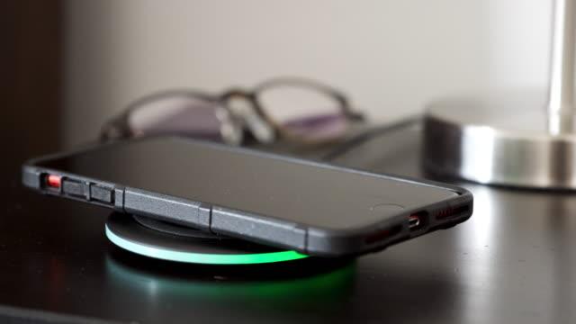 wlan-smartphone-ladegerät - drahtlose technologie stock-videos und b-roll-filmmaterial