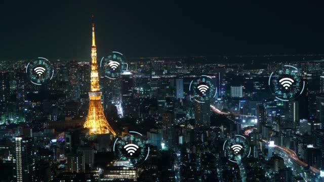 vídeos de stock, filmes e b-roll de conceito de tecnologia sem fio para conectar o trabalho juntos - cidade inteligente