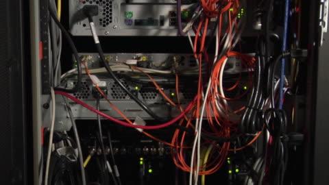 vídeos de stock, filmes e b-roll de cu tu wires on back of professional decks / new york city, new york, usa - embaraçado
