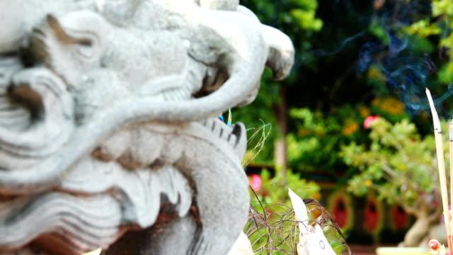 vidéos et rushes de souhaitant l'encensoir à temple chinois - fidèle religieux