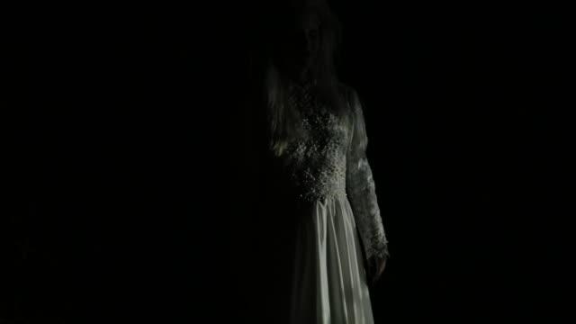vídeos de stock, filmes e b-roll de bruxa no vestido branco - assustador