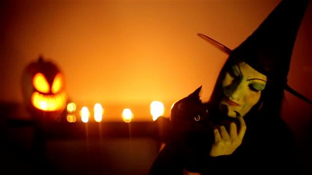 hexe mit schwarzem katzenmotiv - halloween stock-videos und b-roll-filmmaterial