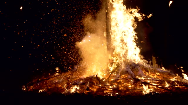 vidéos et rushes de witches dancing near a bonfire during 'giubiana'- a traditional celebration in the northern italy where a puppet of an old witch is burnt - 30... - religion