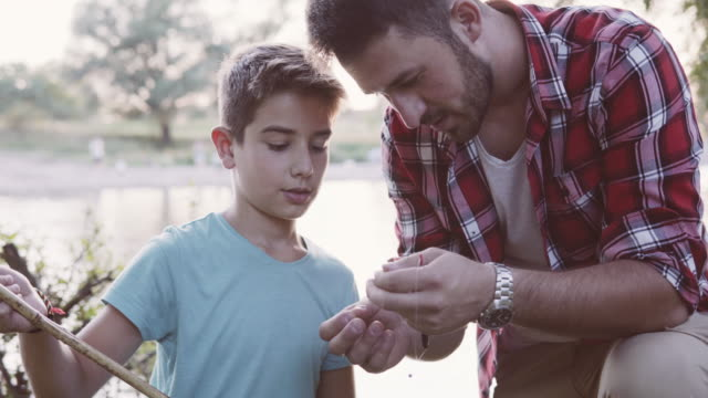 vídeos y material grabado en eventos de stock de con un hijo en la pesca - caña de pescar