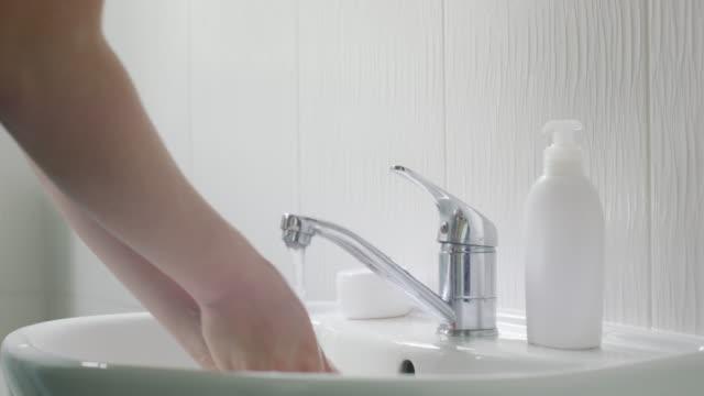 stockvideo's en b-roll-footage met met alle ziektekiemen rond, was je handen - soap sud