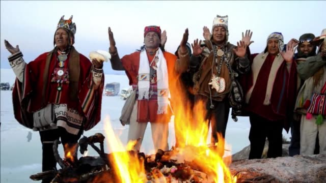 vídeos y material grabado en eventos de stock de with arms raised to the sky and despite the freezing temperatures bolivians welcomed on friday the first rays of the sun inti tata in aymara in the... - tribu sudamericana