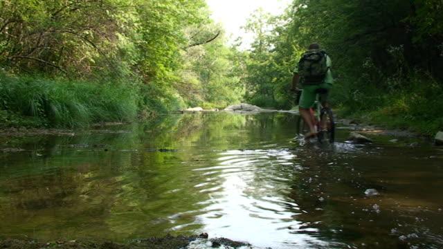 con bici da fiume - gara sportiva individuale video stock e b–roll