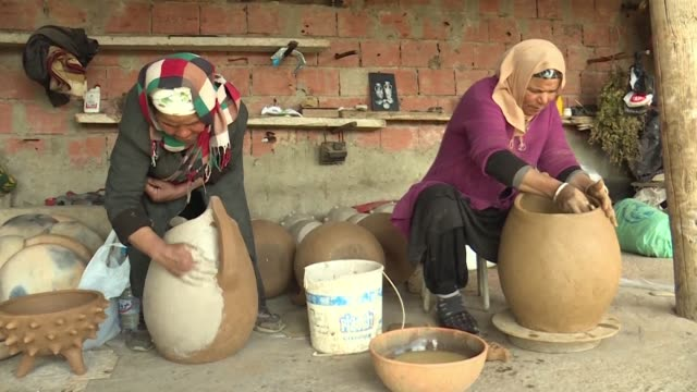 TUN: From mother to daughter Tunisia potters pass on ancestral know how