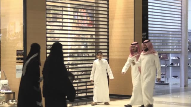 with burger patties sizzling over a hot grill a saudi eatery did the unthinkable as a muezzin's high pitched call for prayer sent muslim worshippers... - scrambling bildbanksvideor och videomaterial från bakom kulisserna