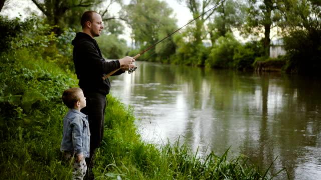 vídeos y material grabado en eventos de stock de con el padre en la pesca - caña de pescar
