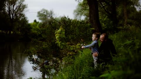 vídeos de stock, filmes e b-roll de com o pai na pesca - pescaria
