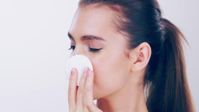 vídeos y material grabado en eventos de stock de con piel viene un régimen de gran belleza - limpiador facial