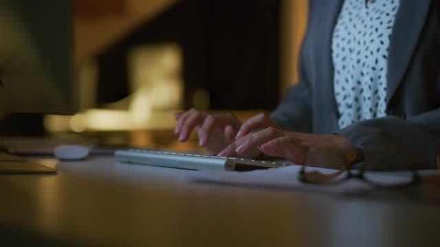 vídeos de stock, filmes e b-roll de com o trabalho duro qualquer coisa é alcançável - teclado de computador