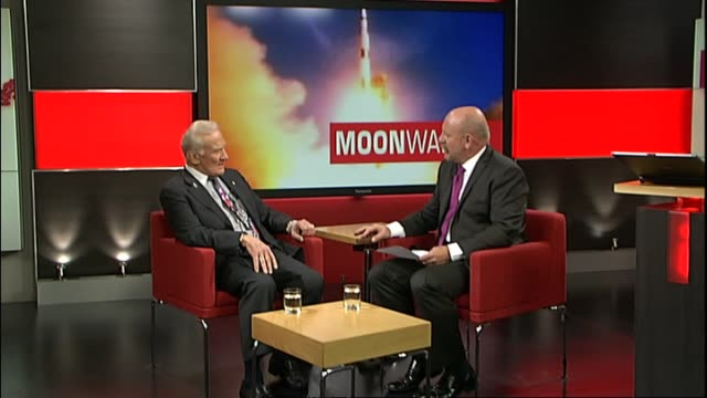 vidéos et rushes de with host mark sainsbury regarding claims that the moon landings were a conspiracy theory - conspiration