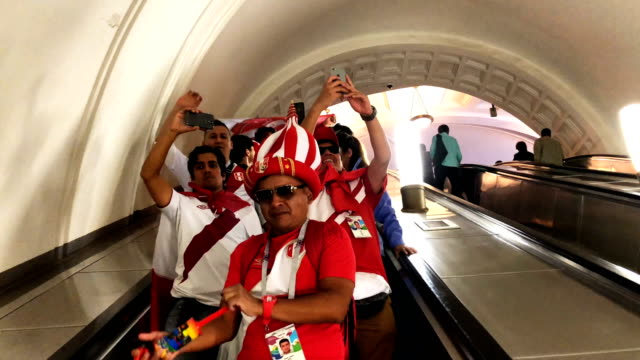 vidéos et rushes de with hours to go until the first world cup game between russia and saudi arabia peruvian fans are in party mood near red square in moscow on june 14... - péruvien