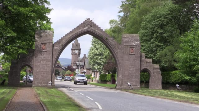 with motorcars driving through shot the arch was erected in 1887 to commemorate the deaths of the 13th earl of dalhousie and his wife both of whom... - スコットランド ダンディー点の映像素材/bロール